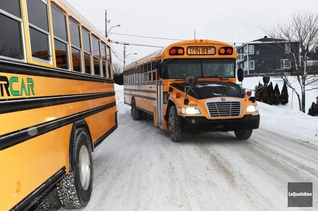 Un autobus scolaire... (Photo Le Quotidien, Rocket Lavoie)
