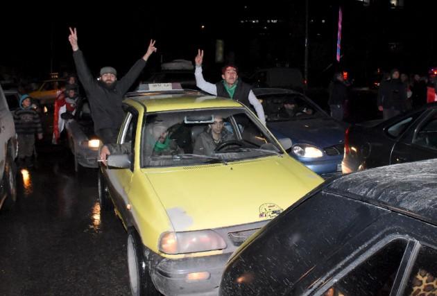 Des Syriens brandissent des affiches à l'effigie du... (AFP, George Ourfalian)
