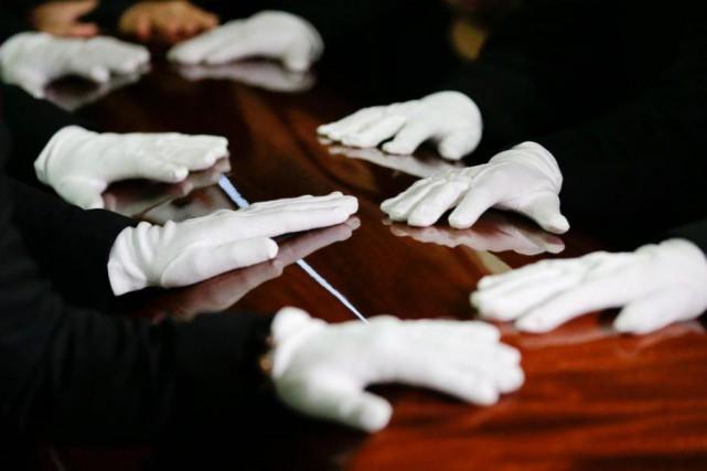 La diffusion de l'enregistrement devant la centaine de... (PHOTO CHRIS CARLSON, ARCHIVES ASSOCIATED PRESS)