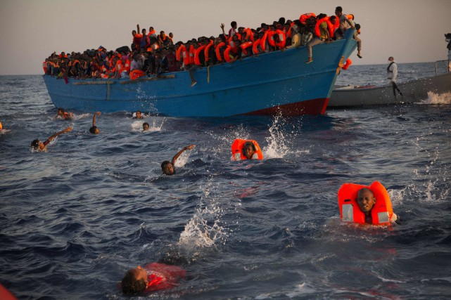 Sur la photo, des migrants majoritairement en provenance d'Érythrée... (Photo Emilio Morenatti, Archives AP)