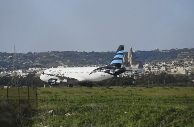 L'avion de ligne de la compagnie libyenne Afriqiyah... (AP, Jonathan Borg)