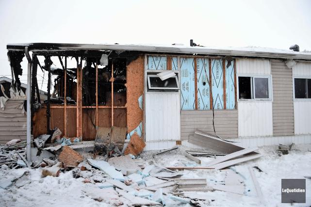 Un incendie a complètement détruit une maison mobile,... (Photo Le Quotidien, Rocket Lavoie)
