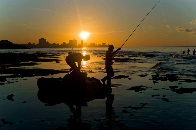 Un pêcheur cubain lance sa ligne à l'eau,... (Photo Ramon Espinosa, archives AP)