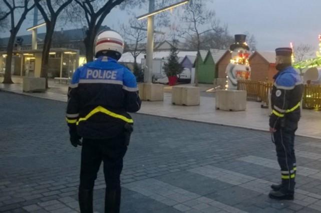 Des policiers montent la garde à proximité du... (photo maury golini, le républicain lorrain)