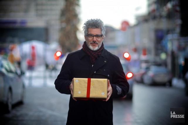 Réal Béland offre son cadeau à Jean-Michel Anctil.... (Photo André Pichette, La Presse)