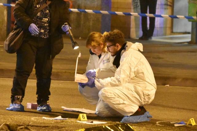 Des policiers italiens examinent la scène où Anis... (photo REUTERS)