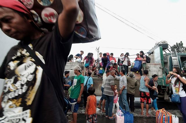 Des habitants de Tabaco, dans la province de... (PHOTO CHARISM SAYAT, AFP)