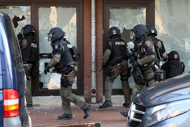 Des agents des forces spéciales entrent dans un... (PHOTO CHRIS GOSSMANN, AFP)