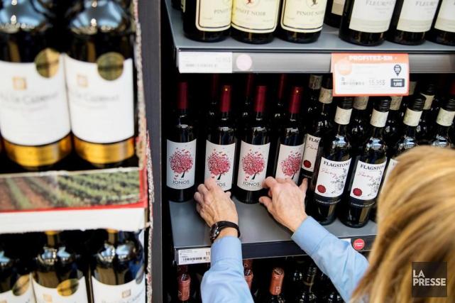 Tandis que la SAQ annonce une troisième baisse de prix de ses vins les plus... (Photo Alain Roberge, Archives La Presse)