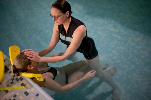 La massothérapeute Anne-Marie Cadieux est spécialisée en aquamouvance,... (PHOTO DAVID BOILY, LA PRESSE)