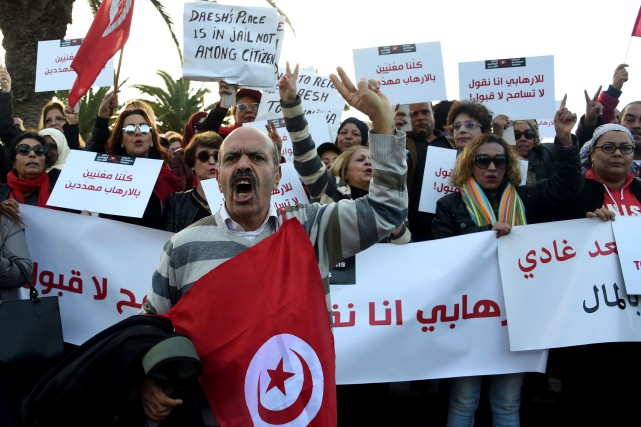 Des Tunisiens ont pris d'assaut les rues de... (PHOTO FETHI BELAID, AFP)