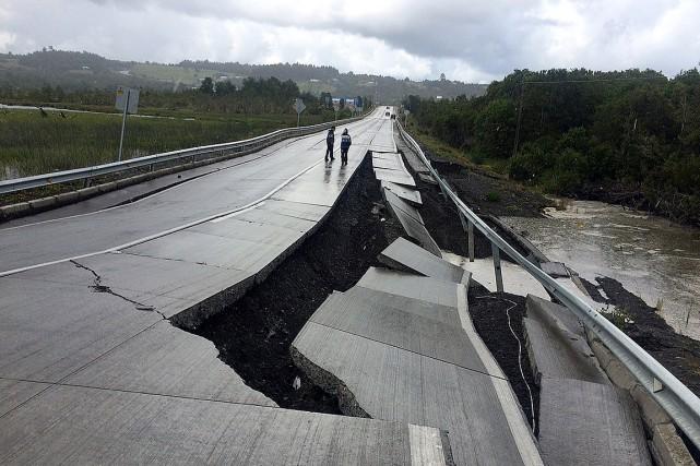 Une route endommagée par le séisme, à Tarahuin,... (Photo Alvaro Vidal, REUTERS)