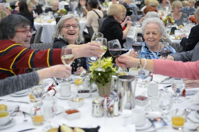 Environ 350 aînés et une centaine de bénévoles... (PHOTO CATHERINE LEFEBVRE, COLLABORATION SPÉCIALE)
