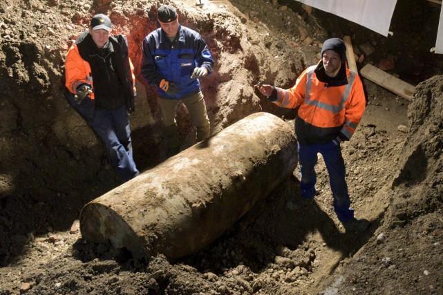 L'impressionnante bombe britannique de 1,8 tonne, de deux... (AFP)