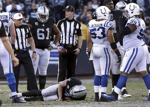 Victime d'un sac de Trent Cole, des Colts,... (AP, Marcio Jose Sanchez)