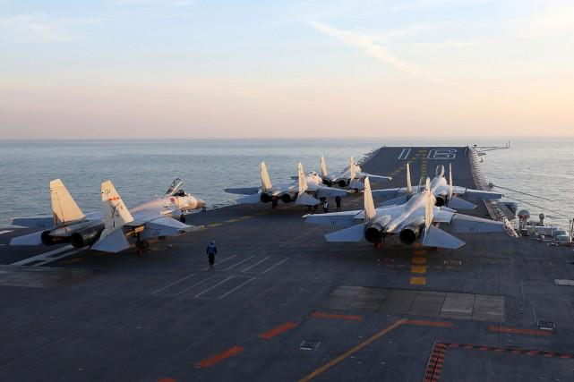 Sur cette photo, l'unique porte-avions de la Chine,... (STR via AFP)