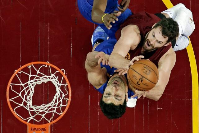 Kevin Love des Cavaliers, à droite, s'avance vers... (Tony Dejak, AP)