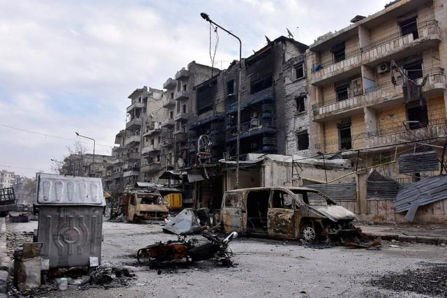 Des édifices et automobiles endommagés dans l'est d'Alep.... (Photo Syrian official news agency SANA via AP)