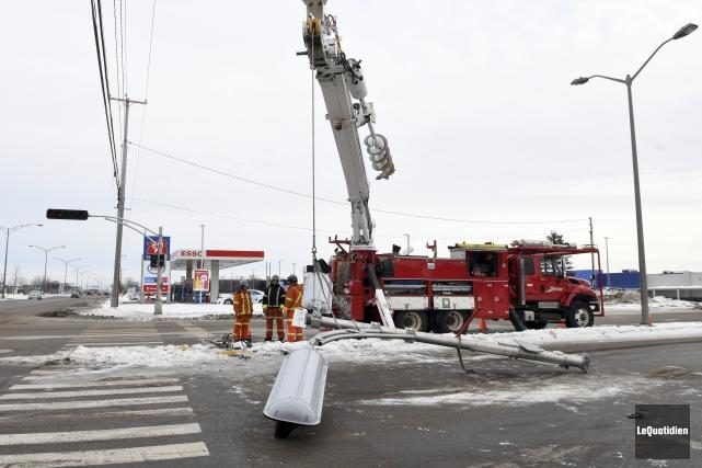 Un poteau de signalisation a été heurté par... (Photo Le Quotidien, Rocket Lavoie)