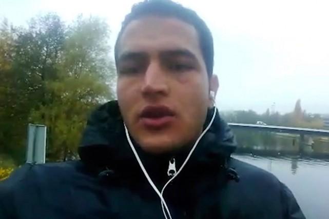 Le présumé auteur de l'attentat de Berlin, Anis... (Image tirée d'une vidéo militante, AP)