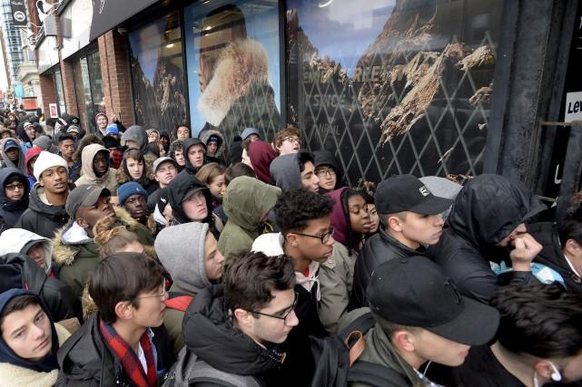 Des clients font la queue devant un commerce... (La Presse Canadienne)