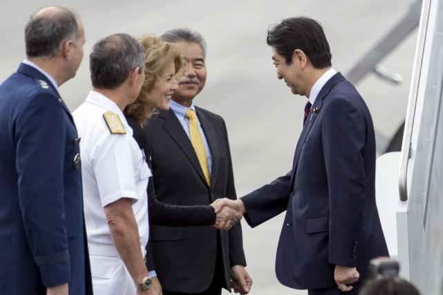 Le premier ministre japonais Shinzo Abe serre la... (AP)