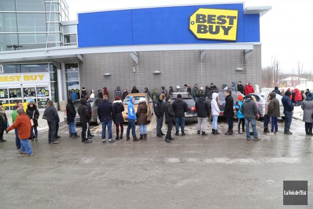 Une file d'au moins 200personnes s'était formée au... (Janick Marois, La Voix de l'Est)