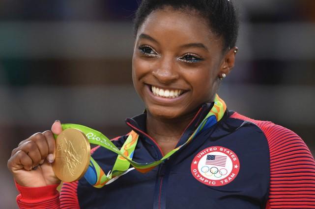 Simone Biles sur le podium aux Jeux de... (AFP)