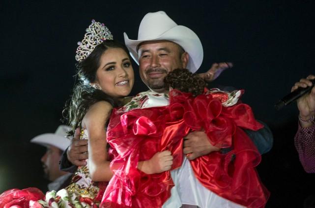 Rubi Ibarra danse avec on père, Cresencio, lors... (AFP, Mauricio PALOS)