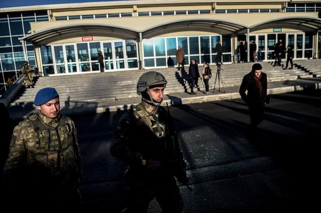 Des soldats turques gardent le palais de justice... (OZAN KOSE, AFP)