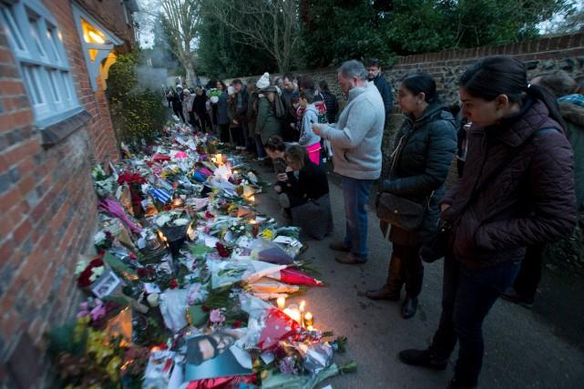 Les admirateurs endeuillés de George Michael affluaient toujours... (AFP, DANIEL LEAL-OLIVAS)
