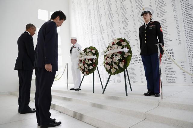 Barack Obama et Shinzo Abeont déposé des couronnes... (Photo Carolyn Kaster, AP)