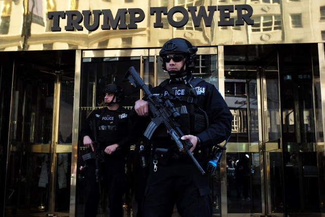 Les forces de l'ordre ont dû évacuer l'entrée... (Archives AFP, JEWEL SAMAD)