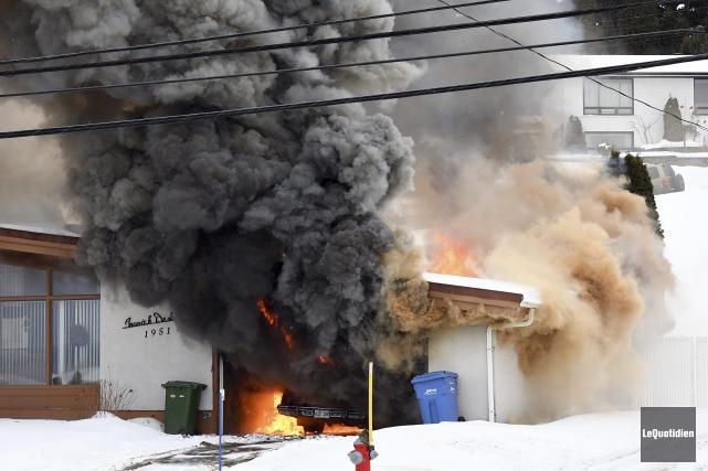Des flammes d'une hauteur de plusieurs mètres sortaient... (Photo Le Quotidien, Rocket Lavoie)