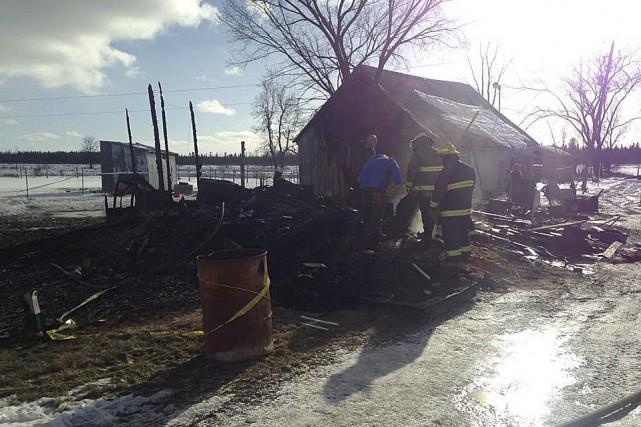 On fouille les décombres après l'incendie qui a... (Courtoisie)