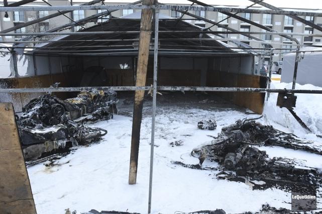 Des motoneiges se sont enflammées dans un garage en toile qui se trouvait dans... (Photo Le Quotidien, Michel Tremblay)
