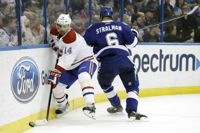 Tomas Plekanec coutourne le défenseur du Lightning Anton... (Photo Chris O'Meara, AP)