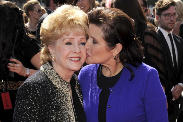 Debbie Reynolds et sa fille Carrie Fisher, en... (PHOTO CHRIS PIZZELLO, ARCHIVES AP)