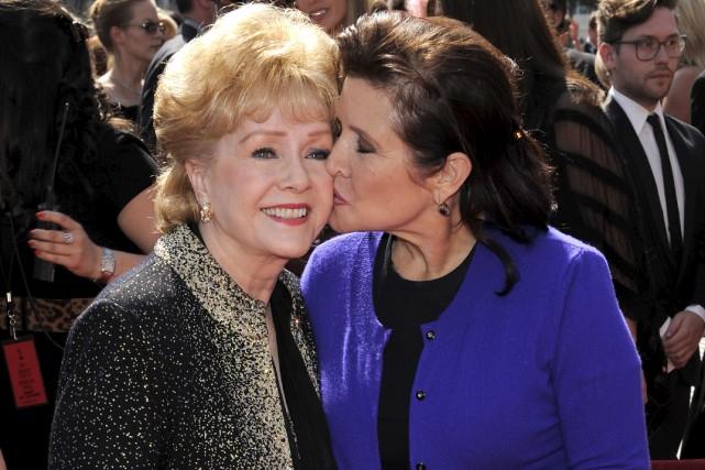 Debbie Reynolds et sa fille Carrie Fisher, en... (Archives AP, Chris Pizzello)