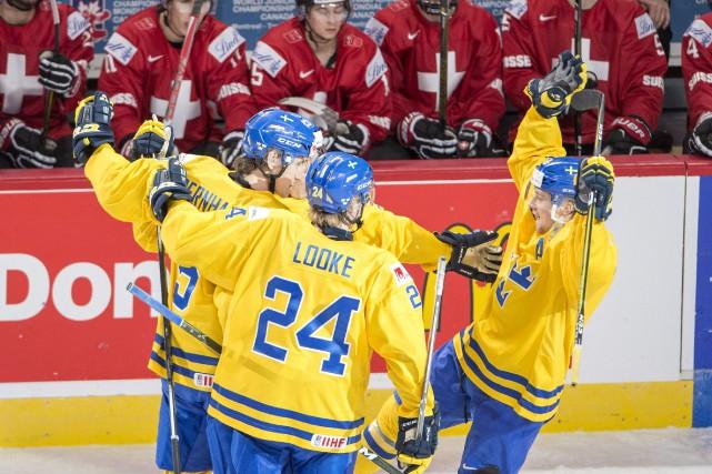 Les Suédois célèbrent leur but d'assurance en fin... (Ryan Remiorz, La Presse canadienne)