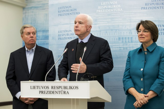 Le sénateur républicain John McCain s'adresse aux médias... (AP, Mindaugas Kulbis)