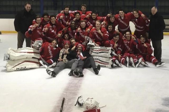 Les équipes de hockey du Collège de Stanstead... (Photo fournie)