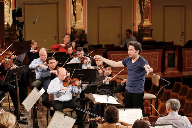 Gustavo Dudamel en répétition avec le Philharmonique de... (AFP, Dieter Nag)