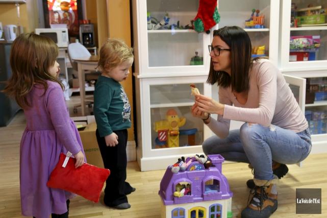 Hope et Hunter avec l'éducatrice spécialisée du Centre... (Janick Marois, La Voix de l'Est)