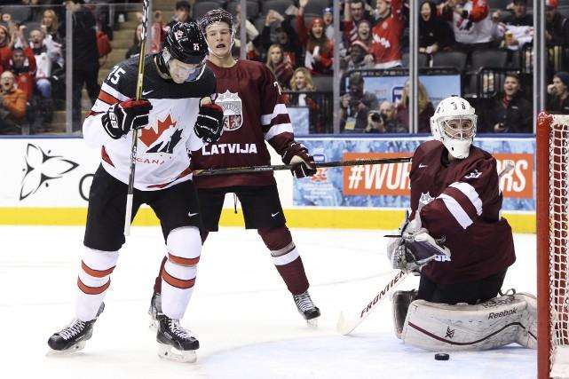 Nicolas Roy célèbre l'un des dix buts marqués... (La Presse canadienne, Nathan Denette)
