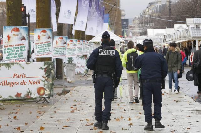 Des policiers patrouillant au marché de Noël des... (PHOTO PATRICK KOVARIK, ARCHIVES AFP)