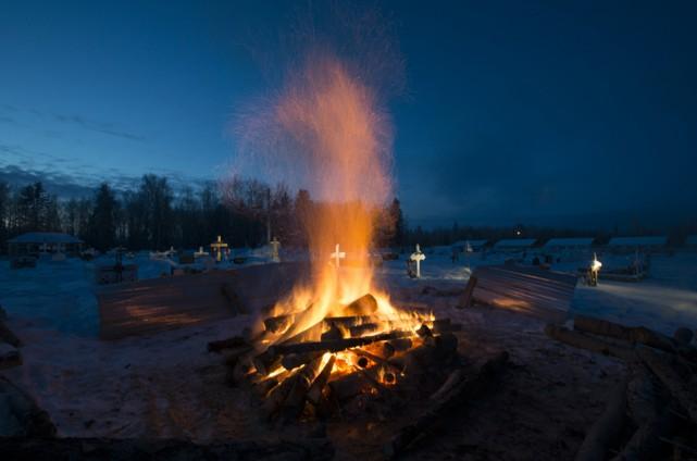 Un feu brûle pour préparer le creusage d'une... (La Presse canadienne/Jonathan Hayward)