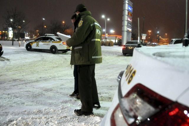 Un policier a été renversé dans le stationnement... (Collaboration spéciale, Éric Beaupré)