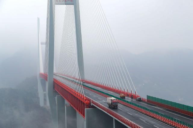 Le pont Beipanjiang, long de 1341mètres, culmine à... (AFP)