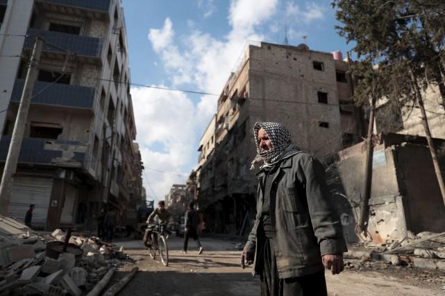 Le Syrien Syrian Abu Khaled observe les dégâts... (AFP, Abd Doumany)